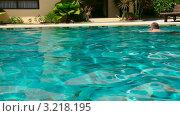 Купить «Мужчина плавает в бассейне», видеоролик № 3218195, снято 20 января 2012 г. (c) Игорь Жоров / Фотобанк Лори