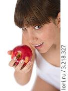 Купить «Портрет крупным планом молодой брюнетки с красным яблоком», фото № 3218327, снято 10 марта 2010 г. (c) CandyBox Images / Фотобанк Лори