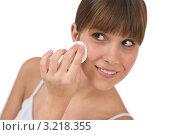 Купить «Улыбающаяся молодая брюнетка протирает лицо ватным диском», фото № 3218355, снято 10 марта 2010 г. (c) CandyBox Images / Фотобанк Лори