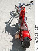 Красный мотоцикл и его тень (2007 год). Редакционное фото, фотограф Jelena Dautova / Фотобанк Лори