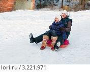 Купить «Мама с дочкой едут с горки на тюбинге», эксклюзивное фото № 3221971, снято 28 января 2012 г. (c) Игорь Низов / Фотобанк Лори