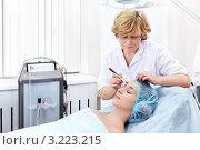Посещение косметолога. Омоложение кожи лица. Стоковое фото, фотограф Raev Denis / Фотобанк Лори