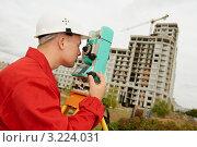 Купить «Геодезист работает с теодолитом», фото № 3224031, снято 23 октября 2019 г. (c) Дмитрий Калиновский / Фотобанк Лори