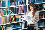Девушка читает книгу в библиотеке, фото № 3224075, снято 24 июля 2017 г. (c) Дмитрий Калиновский / Фотобанк Лори