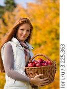 Купить «Рыжеволосая девушка с корзиной яблок в осеннем парке», фото № 3225363, снято 12 октября 2010 г. (c) CandyBox Images / Фотобанк Лори