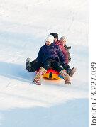 Купить «Трое кричащих от страха  детей несутся с горки на тюбинге», эксклюзивное фото № 3227039, снято 5 февраля 2012 г. (c) Игорь Низов / Фотобанк Лори