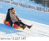 Купить «Две женщины едут с горки на тюбинге», эксклюзивное фото № 3227147, снято 5 февраля 2012 г. (c) Игорь Низов / Фотобанк Лори
