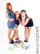 Купить «Три улыбающиеся девушки с магнитофоном и разноцветными очками», фото № 3227875, снято 17 октября 2018 г. (c) Сергей Буторин / Фотобанк Лори