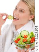 Девушка в белом халате ест овощной салат. Стоковое фото, фотограф CandyBox Images / Фотобанк Лори