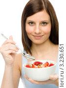 Девушка ест мюсли с клубникой. Стоковое фото, фотограф CandyBox Images / Фотобанк Лори