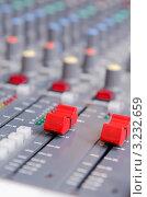 Купить «Регуляторы уровня (фейдеры) на микшерном пульте», фото № 3232659, снято 27 ноября 2011 г. (c) Elnur / Фотобанк Лори