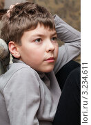 Купить «Мальчик положив руку под голову внимательно смотрит прямо», эксклюзивное фото № 3234611, снято 4 февраля 2012 г. (c) Игорь Низов / Фотобанк Лори