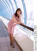 Девушка облокотилась на перила. Стоковое фото, фотограф Ольга Богданова / Фотобанк Лори