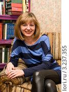 Портрет девушки на фоне книжного шкафа. Стоковое фото, фотограф Сергей Высоцкий / Фотобанк Лори
