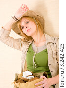 Купить «Рюкзак с кокосами у молодой женщины в стиле сафари», фото № 3242423, снято 17 марта 2011 г. (c) CandyBox Images / Фотобанк Лори