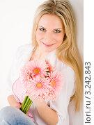 Купить «Красивая молодая блондинка с букетом розовых гербер», фото № 3242843, снято 23 марта 2011 г. (c) CandyBox Images / Фотобанк Лори