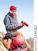 Купить «Девушка-турист с термосом», фото № 3243027, снято 24 марта 2011 г. (c) CandyBox Images / Фотобанк Лори