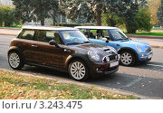 Купить «Два автомобиля Mini Cooper (Мини-Купер)», эксклюзивное фото № 3243475, снято 8 октября 2011 г. (c) Алёшина Оксана / Фотобанк Лори