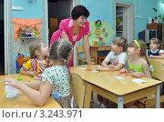 Купить «Воспитатель детского сада разговаривает с детьми», эксклюзивное фото № 3243971, снято 10 февраля 2012 г. (c) Вячеслав Палес / Фотобанк Лори