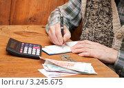 Пенсионер подсчитывает расходы. Стоковое фото, фотограф Короленко Елена / Фотобанк Лори