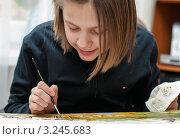 Купить «Девочка рисует за столом  кисточкой», эксклюзивное фото № 3245683, снято 4 февраля 2012 г. (c) Игорь Низов / Фотобанк Лори