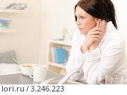 Купить «Сонная девушка сидит на кухне за завтраком», фото № 3246223, снято 19 апреля 2011 г. (c) CandyBox Images / Фотобанк Лори