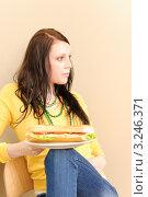Купить «Длинноволосая девушка с растрепанными волосами с большим бутербродом», фото № 3246371, снято 19 апреля 2011 г. (c) CandyBox Images / Фотобанк Лори