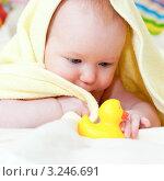 Купить «Маленький ребенок в желтом полотенце играет с резиновой уткой», фото № 3246691, снято 19 февраля 2020 г. (c) Дмитрий Наумов / Фотобанк Лори