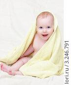 Купить «Улыбающийся маленький ребёнок в жёлтом полотенце», фото № 3246791, снято 3 января 2009 г. (c) Дмитрий Наумов / Фотобанк Лори
