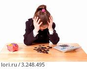Девочка подсчитывает монеты обхватив голову руками. Стоковое фото, фотограф Артём Скороделов / Фотобанк Лори