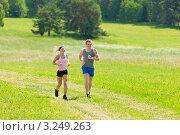 Купить «Спортивная молодая пара на пробежке по лугу, летним солнечным днем», фото № 3249263, снято 7 июня 2011 г. (c) CandyBox Images / Фотобанк Лори