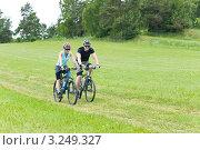 Купить «Прогулке по зеленому луг на велосипедах молодой, спортивной пары», фото № 3249327, снято 7 июня 2011 г. (c) CandyBox Images / Фотобанк Лори