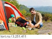 Пара туристов на отдыхе с палаткой. Стоковое фото, фотограф CandyBox Images / Фотобанк Лори