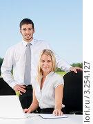 Купить «Успешные деловые люди за офисным столом на свежем воздухе», фото № 3254127, снято 23 августа 2011 г. (c) CandyBox Images / Фотобанк Лори