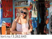 Молодая девушка в сувенирной лавке (2012 год). Стоковое фото, фотограф Кудрявцева Светлана / Фотобанк Лори