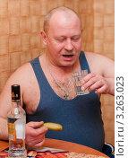 Купить «Мужчина среднего возраста с гранёным стаканом водки и солёным огурцом», эксклюзивное фото № 3263023, снято 16 февраля 2012 г. (c) Игорь Низов / Фотобанк Лори