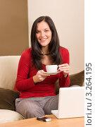 Купить «Приятная молодая женщина пьет чай за ноутбуком», фото № 3264195, снято 11 ноября 2011 г. (c) CandyBox Images / Фотобанк Лори