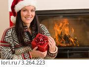 Купить «Девушка в колпаке Санта-Клауса держит яркий подарок с бантом у камина в гостиной», фото № 3264223, снято 11 ноября 2011 г. (c) CandyBox Images / Фотобанк Лори