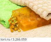 Косметическое мыло и цветы ромашки на банном полотенце. Стоковое фото, фотограф Григорий Иваньков / Фотобанк Лори