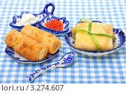 Купить «Русские блины с икрой на гжельской посуде», фото № 3274607, снято 6 апреля 2011 г. (c) ElenArt / Фотобанк Лори