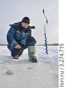 Купить «Рыболов на зимней рыбалке», эксклюзивное фото № 3274715, снято 18 февраля 2012 г. (c) Елена Коромыслова / Фотобанк Лори