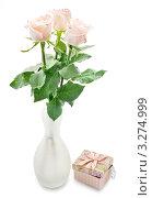 Белые розы в вазе с подарком на белом фоне. Стоковое фото, фотограф Olsi / Фотобанк Лори