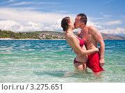 Молодая пара целуется, стоят в море. Стоковое фото, фотограф Петр Кириллов / Фотобанк Лори