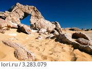 Купить «Скальный арочный мост натурального происхождения в горах египта», фото № 3283079, снято 28 января 2012 г. (c) Николай Винокуров / Фотобанк Лори