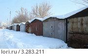 Купить «Городской гаражный кооператив с металлическими гаражами зимой», видеоролик № 3283211, снято 23 февраля 2012 г. (c) Mikhail Erguine / Фотобанк Лори