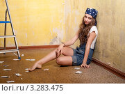 Девушка делает ремонт в комнате. Стоковое фото, фотограф Армен Богуш / Фотобанк Лори