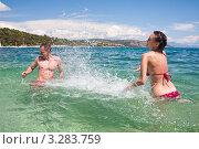 Молодая пара играет в воде. Стоковое фото, фотограф Петр Кириллов / Фотобанк Лори