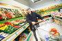 Мужчина с тележкой в супермаркете, фото № 3284107, снято 28 июля 2017 г. (c) Дмитрий Калиновский / Фотобанк Лори