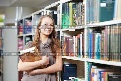 Купить «Студентка с книгой в библиотеке», фото № 3284119, снято 19 января 2019 г. (c) Дмитрий Калиновский / Фотобанк Лори