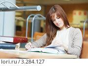 Купить «Молодая студентка читает книгу в читальном зале библиотеки», фото № 3284127, снято 16 декабря 2018 г. (c) Дмитрий Калиновский / Фотобанк Лори